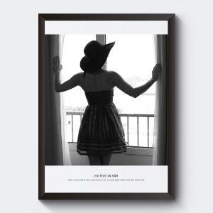 Svartvitt fotografi fotokonst kvinna i fönster.